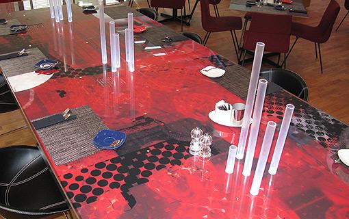Nadruk pod blatem stołu
